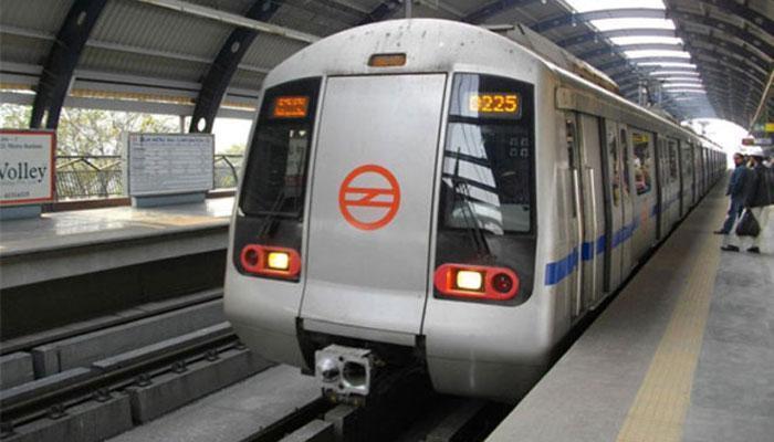 दिल्ली मेट्रो में कुल्हाड़ी लेकर घुसी महिला, हमले का प्रयास किया