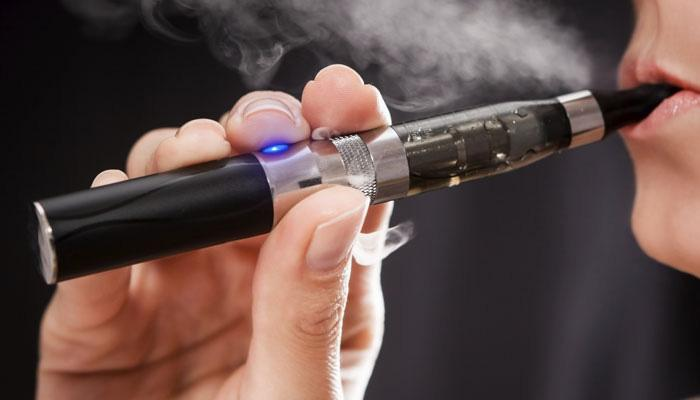 इलेक्ट्रॉनिक सिगरेट से भी गम्स और दांतों को नुकसान: रिपोर्ट
