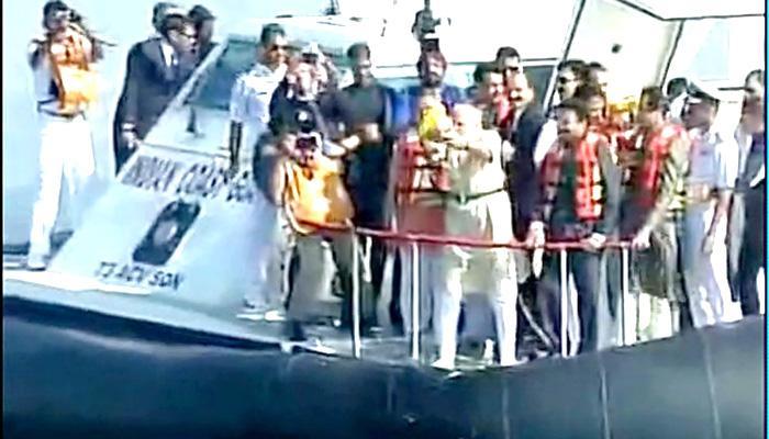 प्रधानमंत्री नरेंद्र मोदी ने मुंबई तट पर अरब सागर में रखी शिवाजी स्मारक की आधारशिला