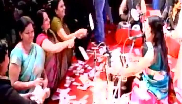 गुजरात के नवसारी में नोटों की बारिश, गायकों पर उड़ाए गए 40 लाख के नोट- देखें Video