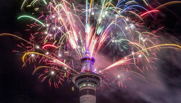 तस्वीरों में देखें- कैसे किया लोगों ने नया साल 2017 सेलिब्रेट