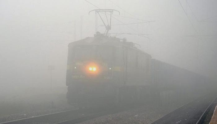 दिल्ली में घना कोहरा, विमान और ट्रेन सेवा प्रभावित