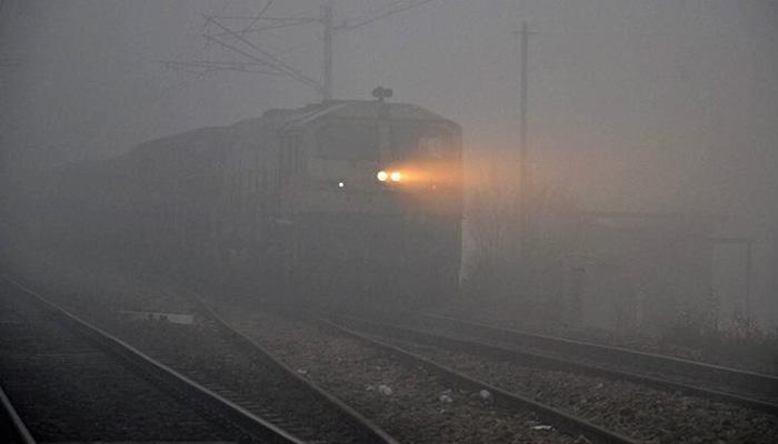 दिल्ली में घना कोहरा, 67 ट्रेनों के परिचालन में देरी