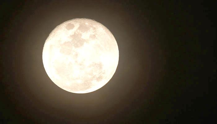 सौर तूफानों से निकली चिंगारियों से पिघलती है चंद्रमा की सतह :नासा