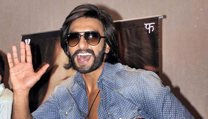 सड़क सुरक्षा अभियान के दौरान लोगों के साथ खूब नाचे अभिनेता रणवीर सिंह, WATCH VIDEO
