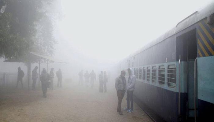 दिल्ली में गिरा तापमान, रेल सेवाओं पर असर