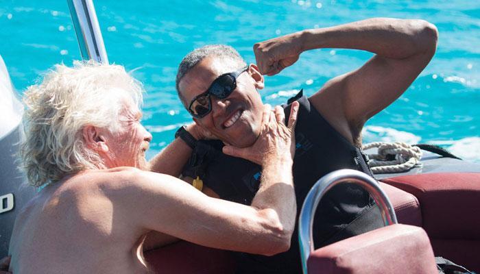 बराक ओबामा और रिचर्ड ब्रैसनन के बीच काइटसर्फिंग का हुआ मुकाबला! VIDEO में देखिए कौन जीता?