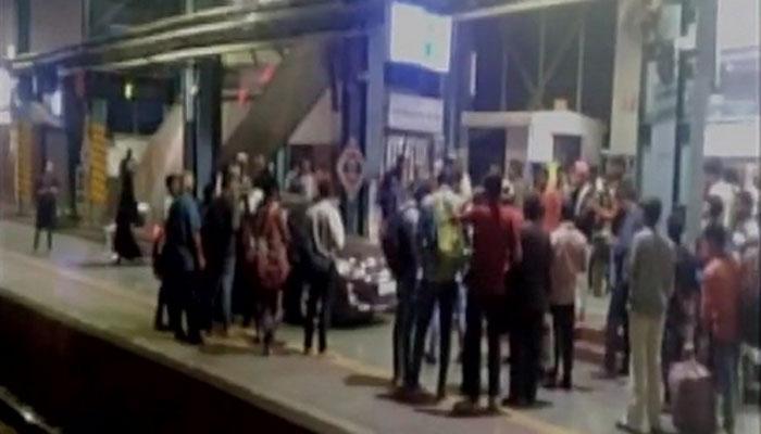 क्रिकेटर ने मुंबई के अंधेरी स्टेशन के प्लेटफार्म पर चढ़ाई कार