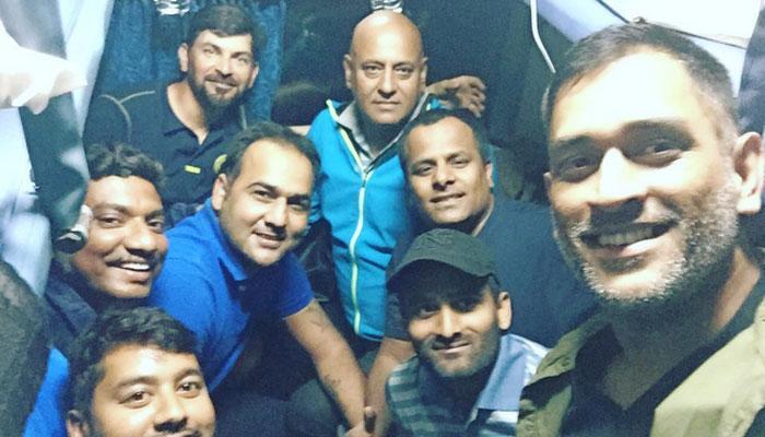 लग्जरी गाड़ी 'हमर' छोड़ झारखंड टीम के साथ 13 साल बाद धोनी ने किया ट्रेन का सफर