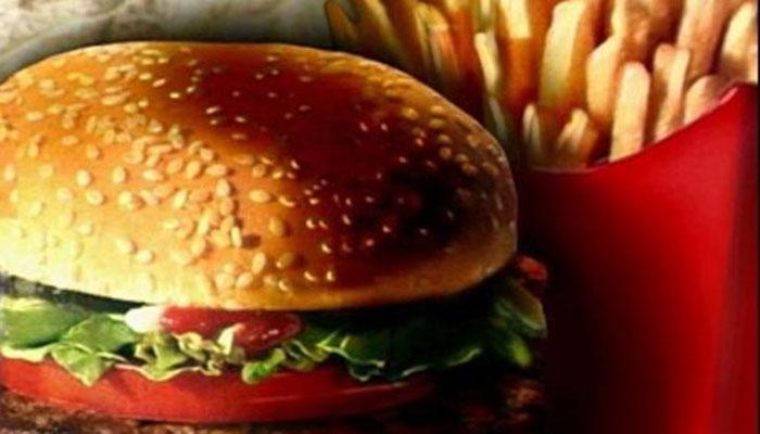 फास्ट फूड ज्यादा खाने पर सांसों से आ सकती है बदबू!