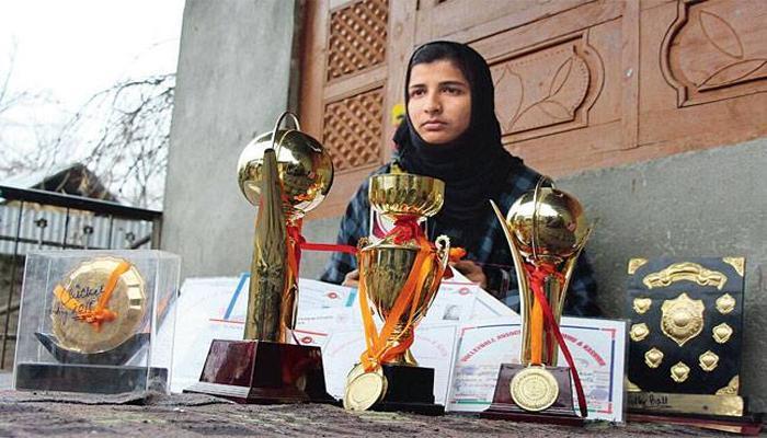 लड़कों की टीम से क्रिकेट खेलती है कश्मीरी लड़की, विराट से मिलने की है तमन्ना