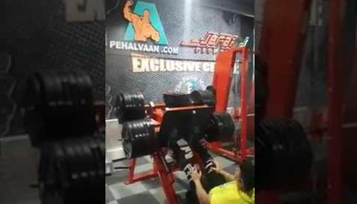 Gym में हैवी वेट उठाना इस युवक को पड़ गया भारी, वीडियो देख आप रह जाएंगे दंग