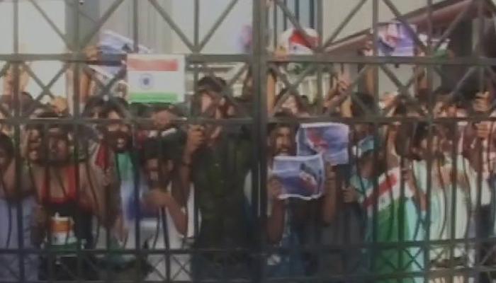 नोएडा में चीनी अधिकारी ने किया तिरंगे का अपमान, फेंका कूड़ेदान में, कर्मचारियों ने किया विरोध प्रदर्शन