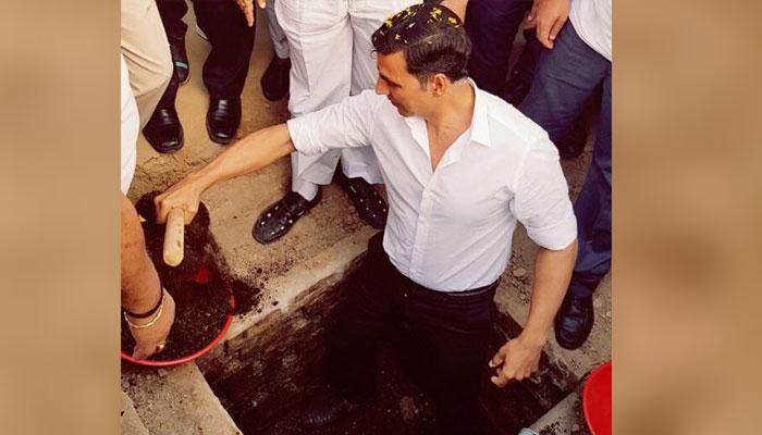 PICS : अक्षय ने खरगौन में शौचालय के लिए खोदा गड्ढा