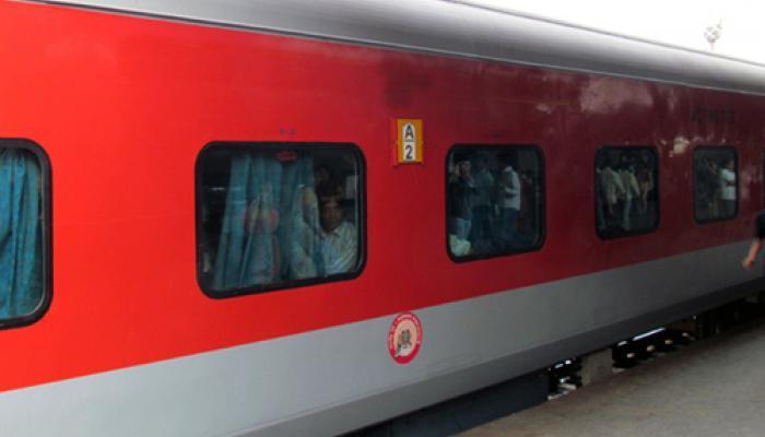 पटना राजधानी एक्सप्रेस में लाखों की लूट, डकैतों ने यात्रियों के साथ की मारपीट