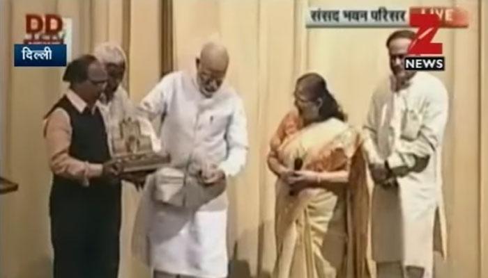 PM मोदी से सीखिए 'साफ-सफाई', लोकार्पण के बाद किताब के रैपर को रखा जेब में, WATCH VIDEO