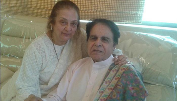 VIDEO: 'ट्रेजडी किंग' दिलीप कुमार की फ़ेसबुक पर दस्तक, पत्नी सायरा संग बिस्कुट लेते आए नज़र
