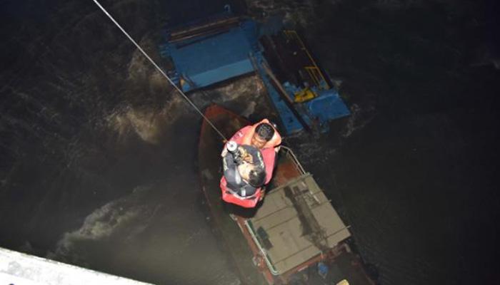 मुंबई के पास समुद्र में फंसी नौका के चार सदस्य बचाए गए