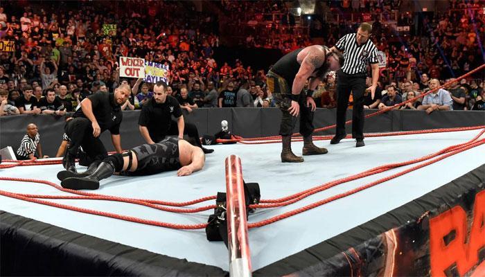 VIDEO : बिग शो और ब्रॉन स्ट्रोमैन ने लड़ते-लड़ते तोड़ दिया WWE का रैसलिंग रिंग