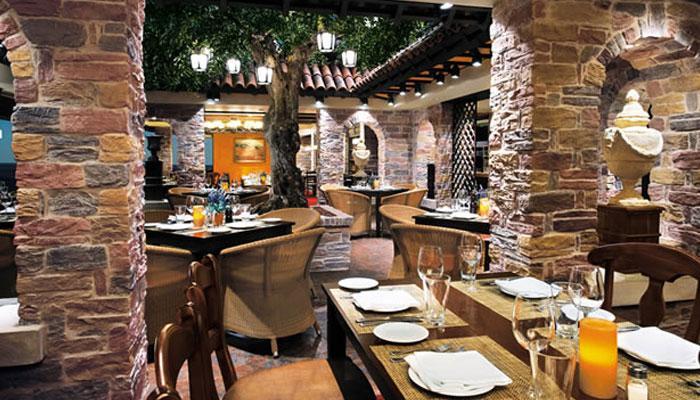 उपभोक्ता मामलों के मंत्री राम विलास पासवान ने कहा, 'क्या सेवा शुल्क होटल कर्मचारियों तक पहुंचता है'