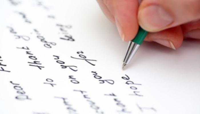स्मार्ट फोन्स के दौर में युवाओं ने बनाया खत लिखने को पेशा, चिट्ठियों से जोड़ते हैं टूटे रिश्ते