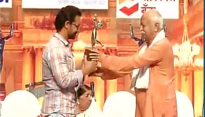 'दंगल' के लिए आमिर खान को संघ प्रमुख भागवत ने दिया सम्मान