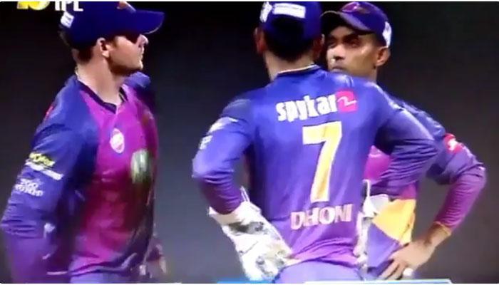 IPL 10: जब आख़िरी ओवर में धोनी से सलाह लेने भागे-भागे आए कप्तान स्टीव स्मिथ VIDEO