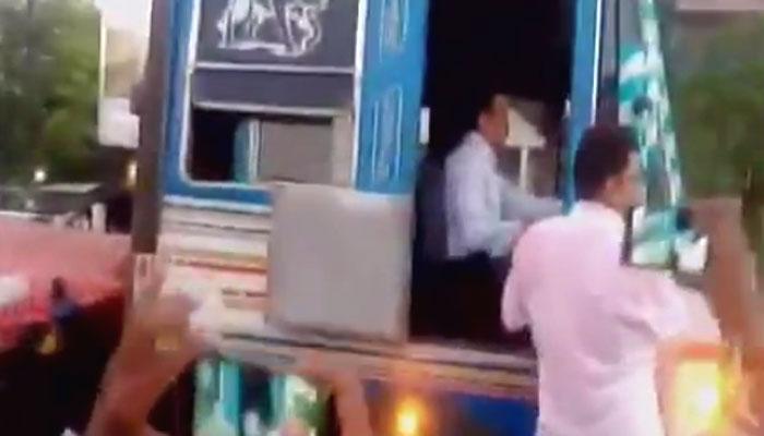 जब ट्रैफिक जाम खुलवाने के लिए मंत्री ने खुद चलाया ट्रक