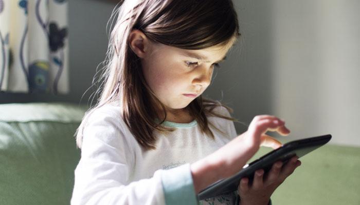 यदि आपका बच्चा स्मार्टफोन-टैबलेट से खेलता है तो हो जाइये सावधान !