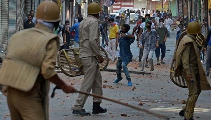 जम्मू कश्मीर: कॉलेज छात्रों से पुलिस की झड़प, पथराव में पुलिस के दो जवान घायल
