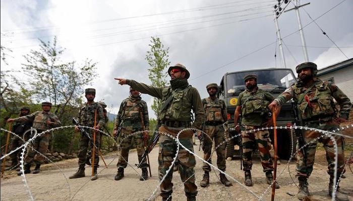 कश्मीर के शोपियां में सेना का सर्च ऑपरेशन, भीड़ ने किया सुरक्षाबलों पर पथराव