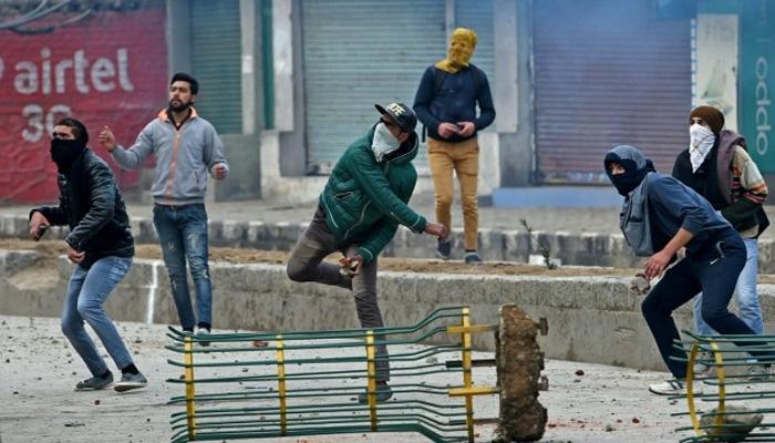 J&K: कुलगाम कॉलेज छात्रों की सुरक्षाबलों पर पत्थरबाज़ी, झड़प में 12 से ज़्यादा छात्र ज़ख्मी