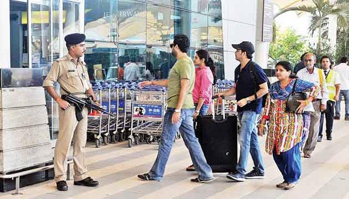 CISF का निर्देश: हवाईअड्डों पर तैनात जवान नहीं कर सकेंगे मोबाइल और शौचालय का इस्तेमाल