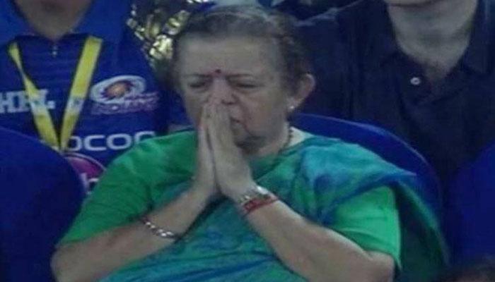 IPL 10 : मिचेल जॉनसन नहीं, ये आंटी हैं मुंबई इंडियंस की जीत की 'असली हीरो'!
