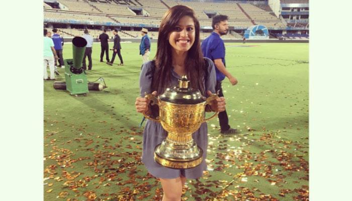 मुंबई की जीत के बाद IPL-10 ट्रॉफी के साथ नजर आई 'मिस्ट्री गर्ल' है इस भारतीय खिलाड़ी की गर्लफ्रेंड