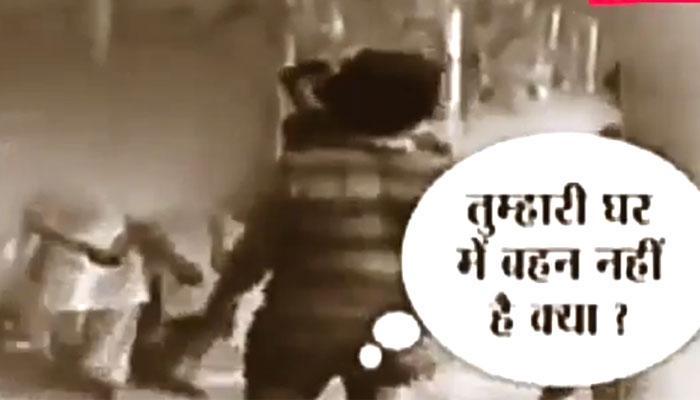 यूपी के रामपुर में लड़कियों से सरेराह छेड़छाड़, देखें ये Viral Video!