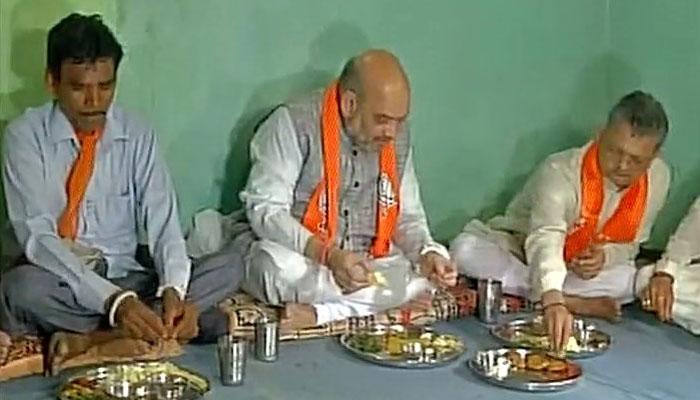 गुजरात चुनाव की तैयारी में जुटी भाजपा, अमित शाह ने आदिवासी परिवार संग किया भोजन
