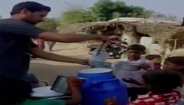 महाराष्ट्रः एक तरफ सड़क पर फेंका जा रहा है दूध, दूसरी तरफ युवक की अनोखी पहल