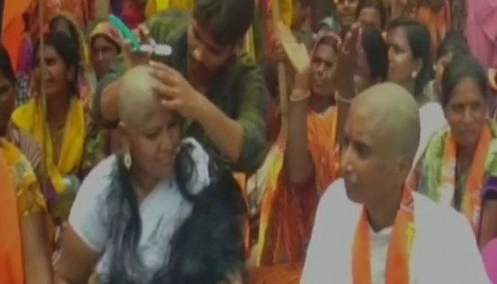 महाराष्ट्रः किसानों के आंदोलन को शिवसेना नेताओं ने मुंडन कराकर दिया समर्थन