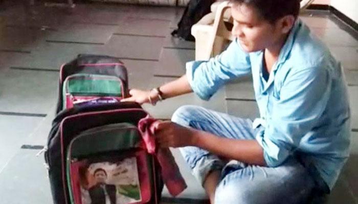 गुजरात सरकार ने बांटे अखिलेश यादव की तस्वीर वाले स्कूल बैग, कांग्रेस ने बताया भाजपा की 'नौटंकी'