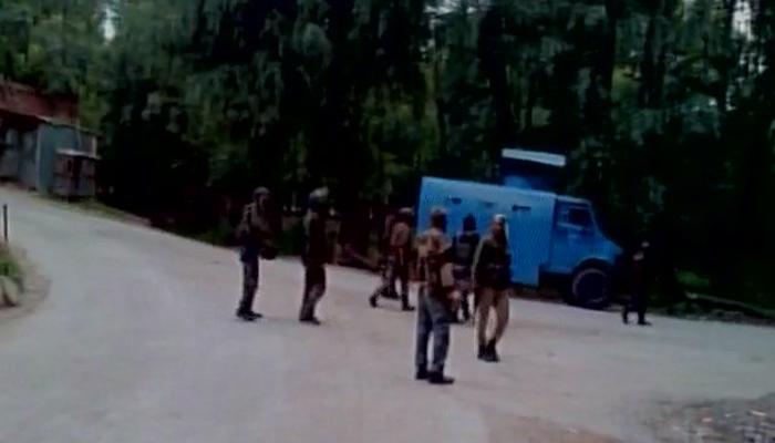 जम्मू कश्मीर: पुलवामा में CRPF कैंप पर आतंकी हमले में 13 जवान घायल, जैश ए मोहम्मद ने ली जिम्मेदारी
