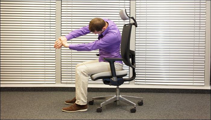 बाबा रामदेव से जानिए, व्यस्त समय के बीच ऑफिस में कैसे करें योग