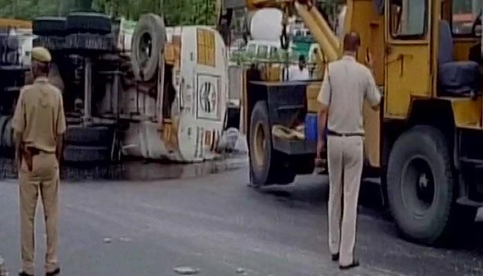दिल्ली : मूलचंद अंडरपास पर टैंकर पलटा, 20 हजार लीटर पेट्रोल सड़क पर फैला
