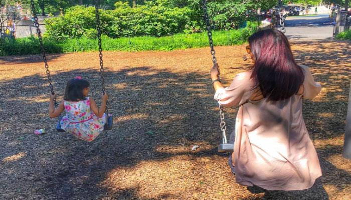 PICS : बेटी आराध्या के साथ झूला झूलकर छुट्टियां मना रही ऐश्वर्या राय