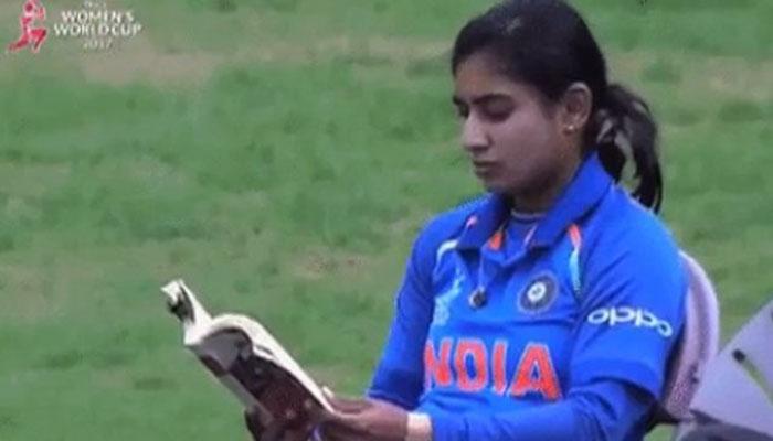 महिला विश्व कप : वर्ल्ड रिकॉर्ड बनाने से पहले कुछ इस अंदाज में नजर आईं टीम इंडिया की 'कैप्टन कूल'