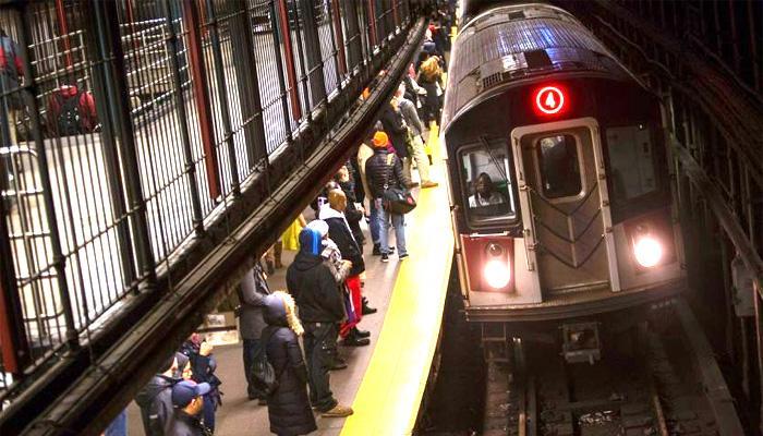 न्यूयार्क सबवे में पटरी से उतरी ट्रेन, दर्जनों घायल