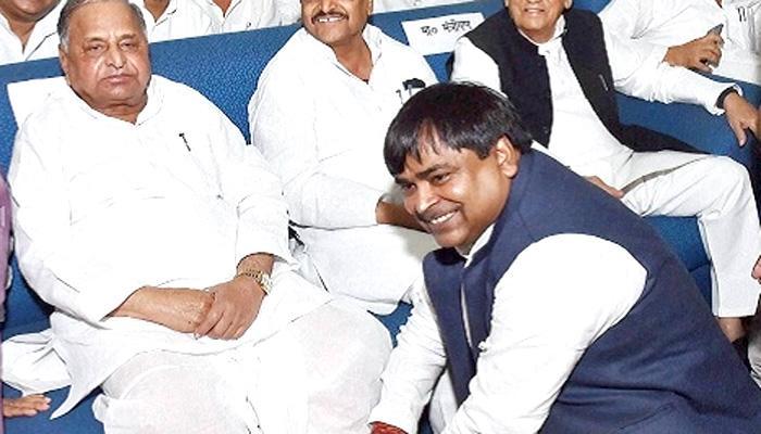 गायत्री प्रजापति को बचाने के बजाय गायत्री मंत्र का पाठ करें, भाजपा का मुलायम पर तंज