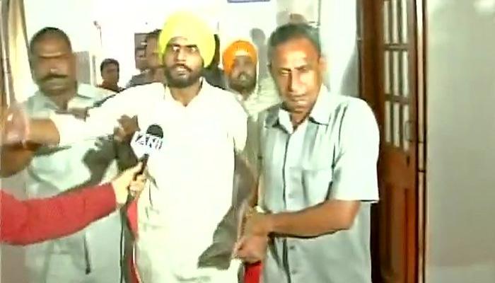 दिल्ली विधानसभा में हंगामा, सत्येंद्र जैन पर फेंके गए कागज, आप विधायकों ने दो लोगों को पीटा
