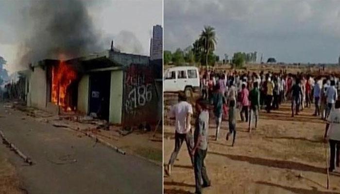 झारखंडः गाय का शव मिलने से भीड़ ने एक व्यक्ति को बुरी तरह पीटा, घर में लगा दी आग