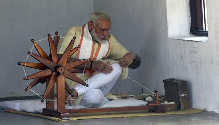 पीएम नरेंद्र मोदी ने साबरमती आश्रम में चलाया चरखा, कहा- राष्ट्र के निर्माण का साक्षी रहा है यह स्थान